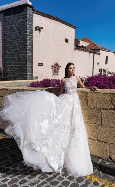 Свадебное платье с американской проймой и кружевным декором.