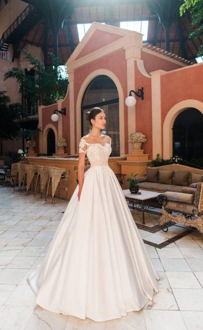 Свадебное платье с фигурным лифом и роскошной атласной юбкой.