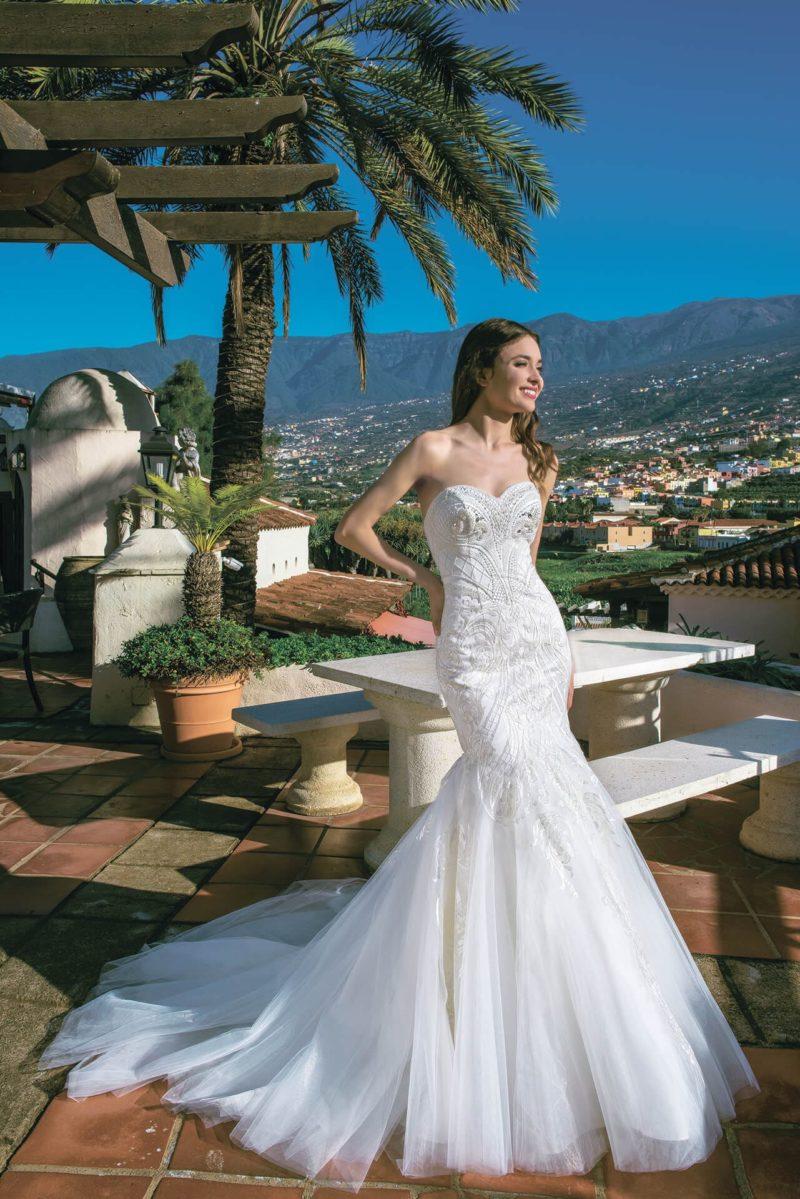 Свадебное платье «рыбка» с пышным подолом и лифом «сердечком».
