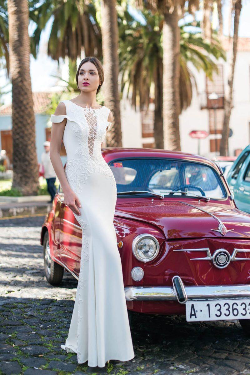 Облегающее свадебное платье с открытой спинкой и оригинальным лифом.