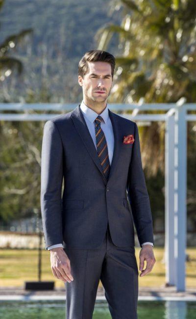 Серый классический мужской костюм