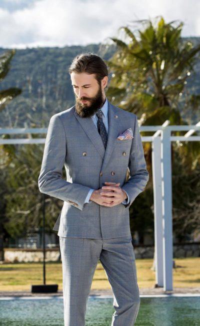 Серый мужской костюм с двубортным пиджаком