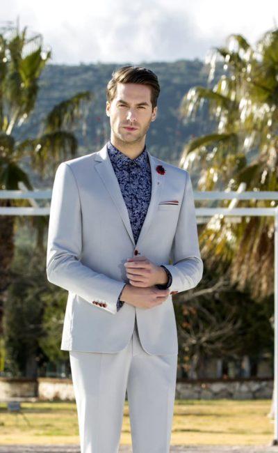 Светло-серый мужской костюм
