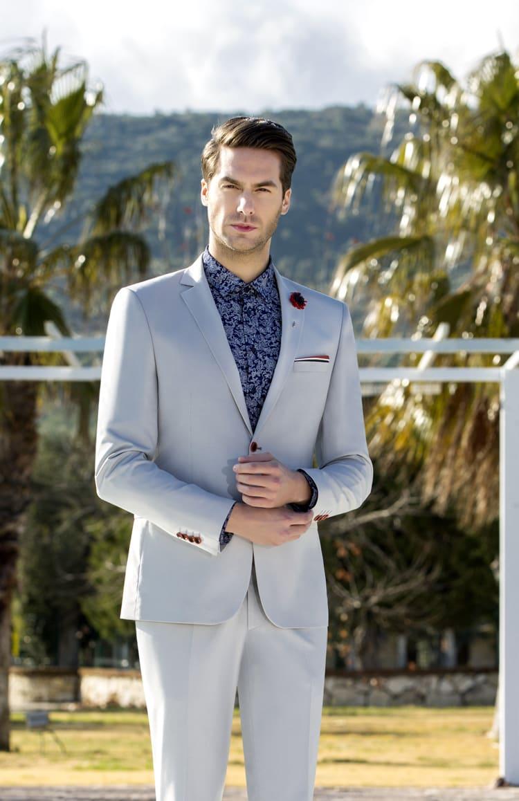 ▶▶Светло-серый мужской костюм с алым цветком на пиджаке. ☎ +7 495 724 26 05 ▶▶ Свадебный центр Вега Ⓜ Петровско-Разумовская