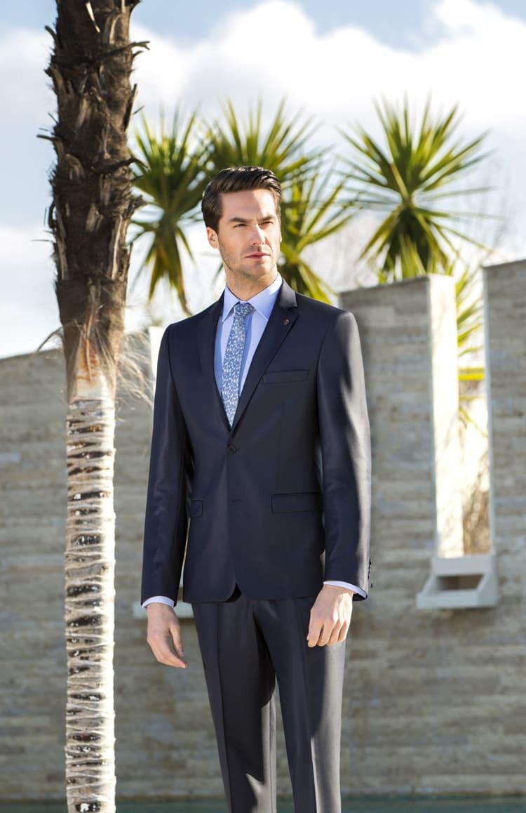 ▶▶Темно-серый глянцевый мужской костюм с однобортным пиджаком. ☎ +7 495 724 26 05 ▶▶ Свадебный центр Вега Ⓜ Петровско-Разумовская
