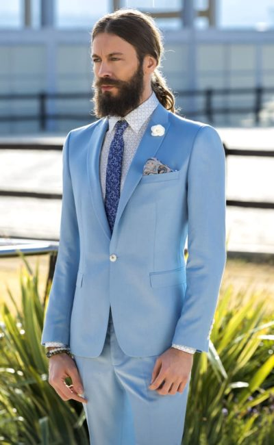 Голубой мужской костюм
