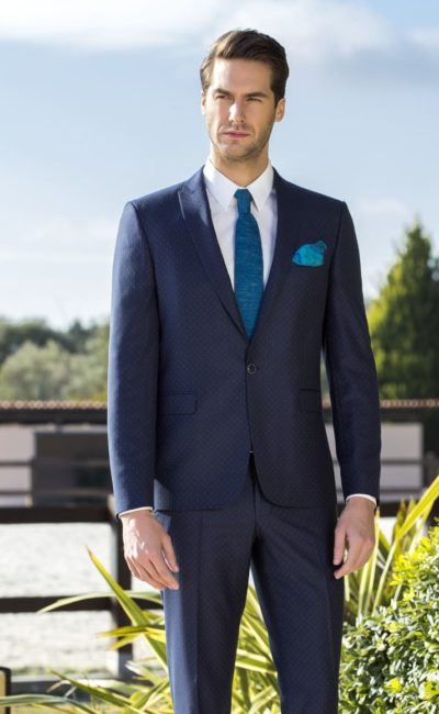 Темно-синий классический мужской костюм
