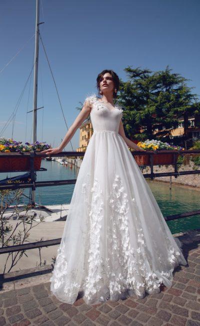 Свадебное платье А-силуэта с отделкой перьями и аппликациями.