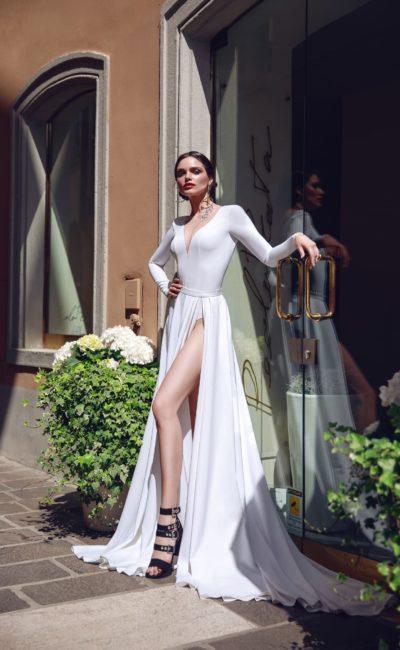 Свадебное платье А-силуэта с длинным рукавом и разрезом по подолу.