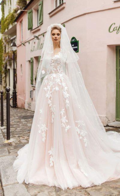 Пудровое свадебное платье, декорированное крупными белыми аппликациями.