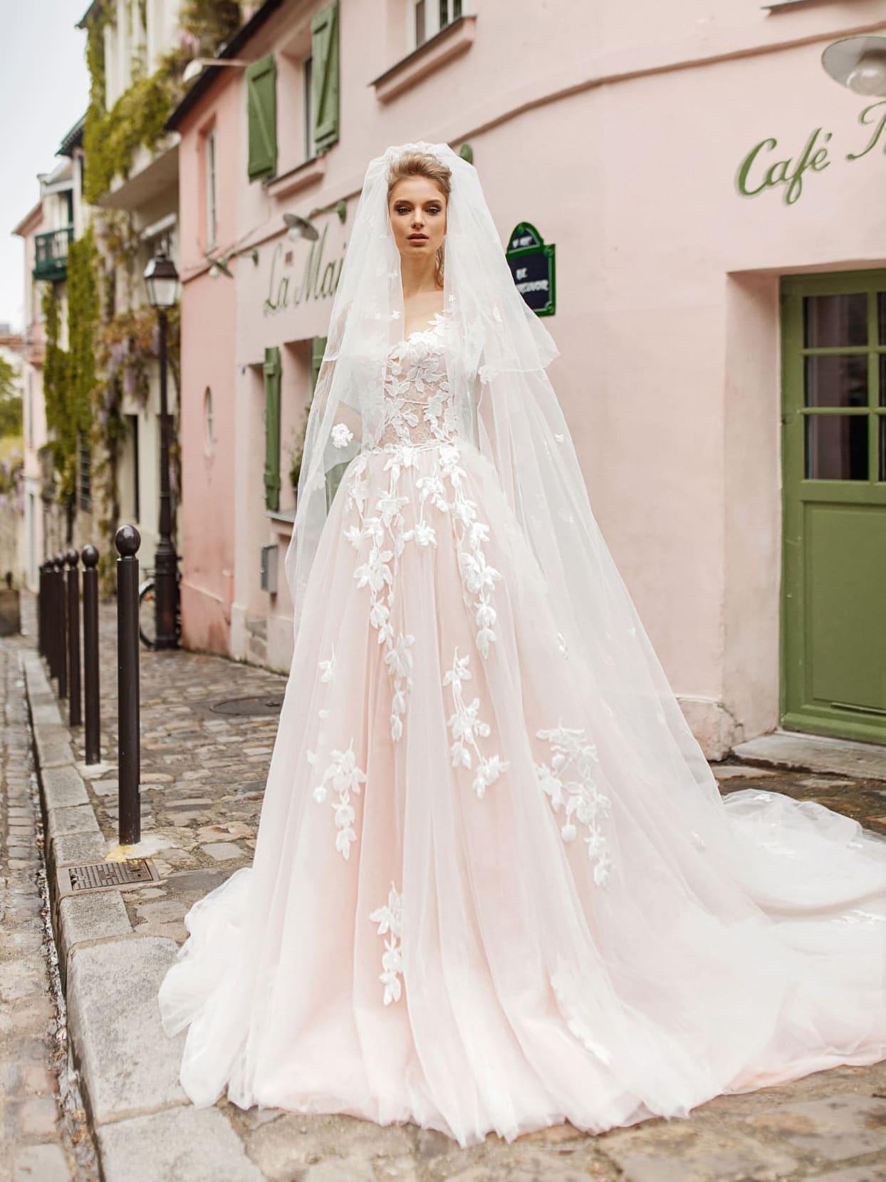 6f4eed372f643bb Пудровое свадебное платье, декорированное крупными белыми аппликациями.