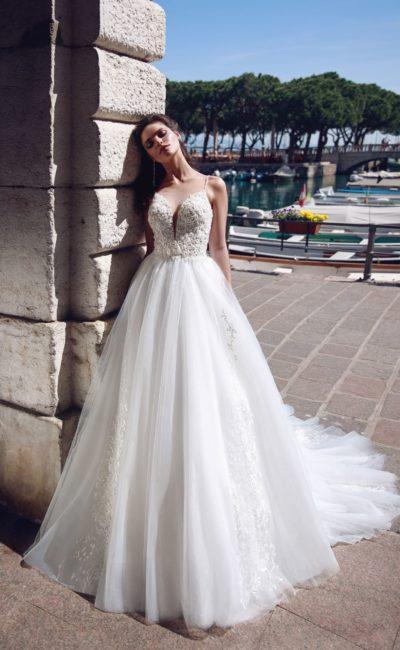 Пышное свадебное платье с открытым фактурным корсетом.