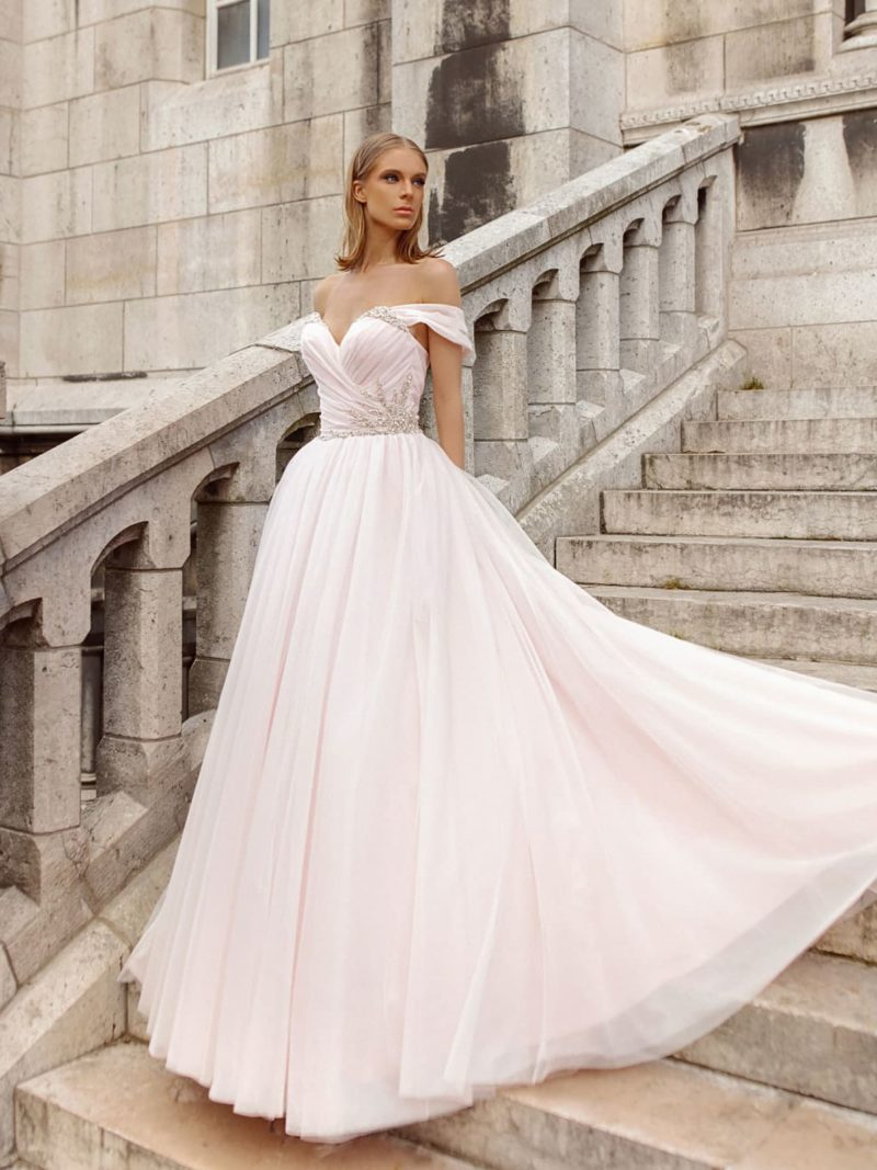 Розовое пышное свадебное платье