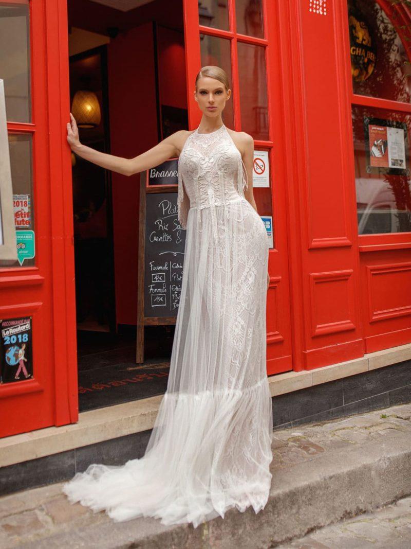 Свадебное платье с американской проймой и полупрозрачной верхней юбкой.