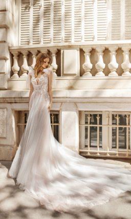 Чарующее пышное свадебное платье с бантами на плечах.