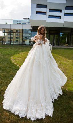Пышное свадебное платье с открытым верхом и кружевом.
