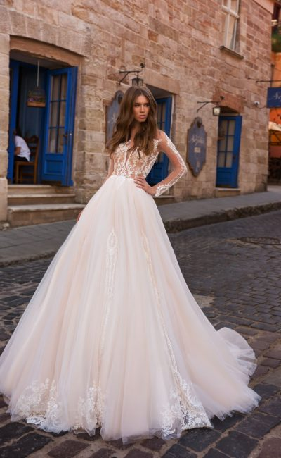 Пышное платье с рукавами и шлейфом
