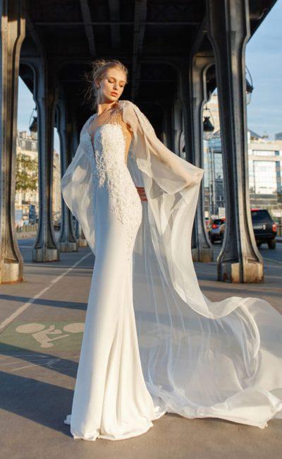 Облегающее свадебное платье с фактурным верхом и открытой спиной.