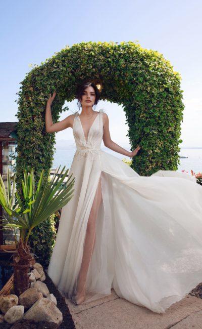 Свадебное платье с открытым верхом и смелым разрезом на юбке.