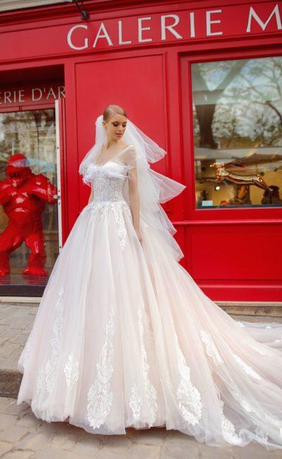 Воздушное свадебное платье кремового оттенка с аппликациями.