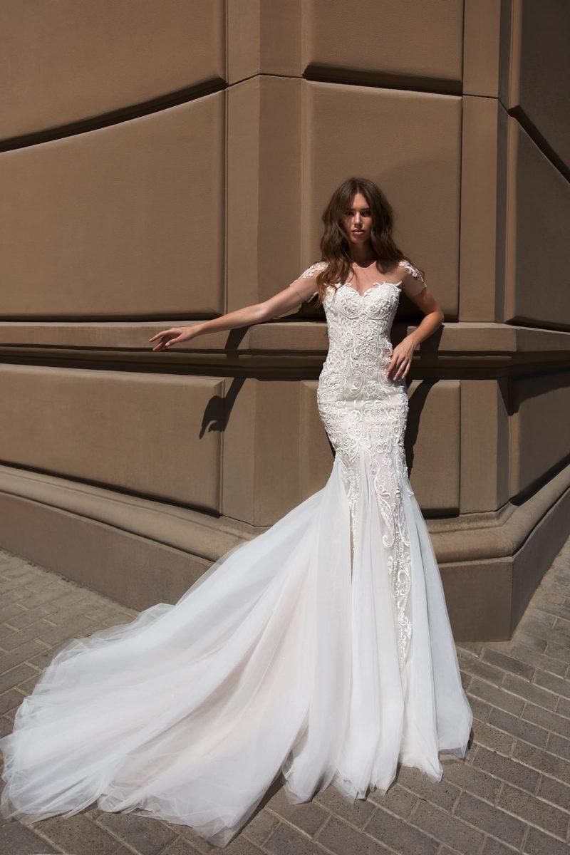 Свадебное платье «рыбка» с открытой спиной и лифом «сердечком».