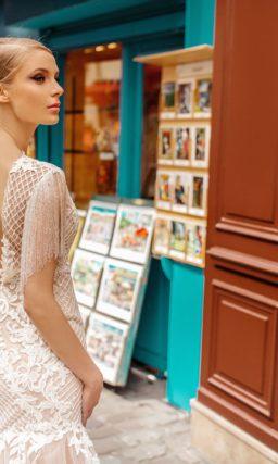 Пудровое свадебное платье силуэта «русалка» с бахромой.