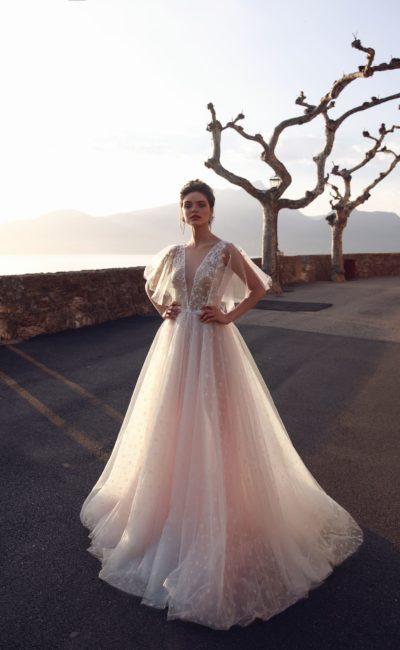 Розовое свадебное платье с оборками и многослойным низом.
