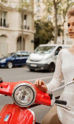 Свадебное платье с асимметричным лифом и потрясающим шлейфом.