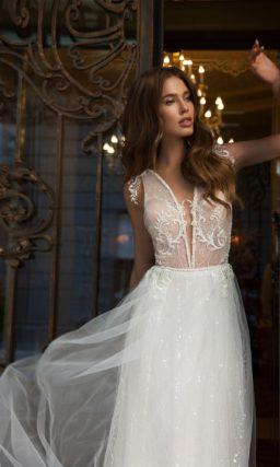 Прямое свадебное платье с глубоким вырезом и пайетками на юбке.