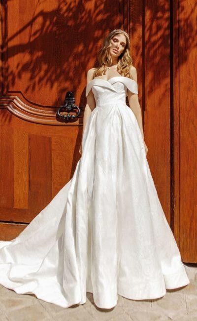 Атласное свадебное платье с открытым лифом и двойной юбкой.