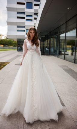 Пышное свадебное платье с длинным рукавом и декором аппликациями.