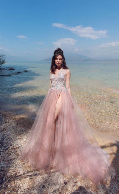 Розовое свадебное платье с кружевом и высоким разрезом на юбке.