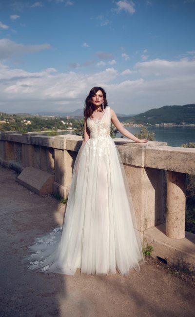 Воздушное свадебное платье с аппликациями на открытом лифе.