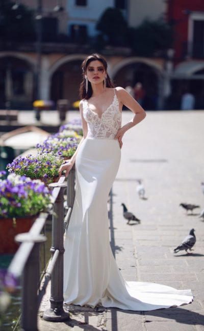 Атласное свадебное платье «русалка» с открытым кружевным лифом.