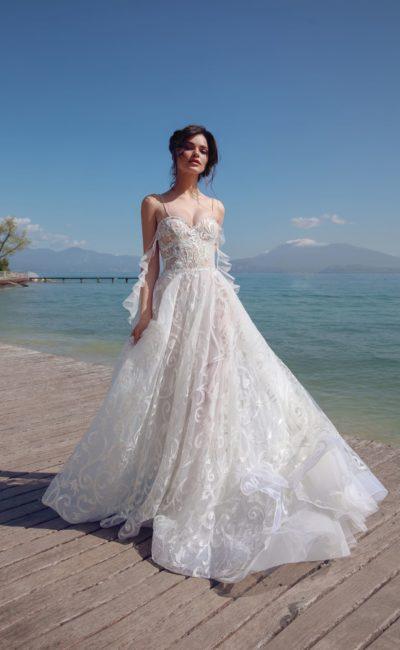 Многослойное свадебное платье с открытым лифом на бретелях.
