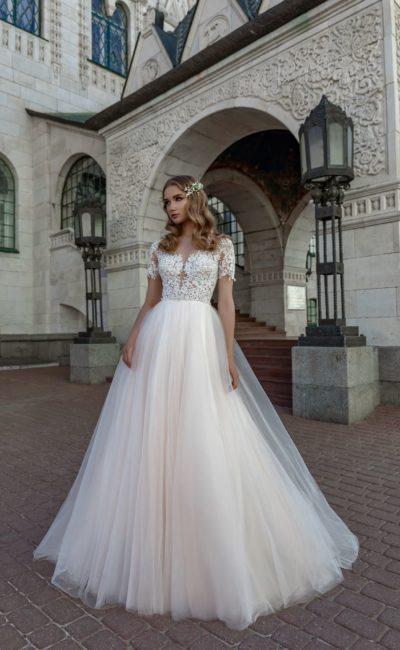 Свадебное платье с коротким кружевным рукавом и многослойным низом.