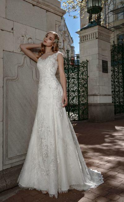 Свадебное платье «русалка» с глянцевым кружевным декором и шлейфом.