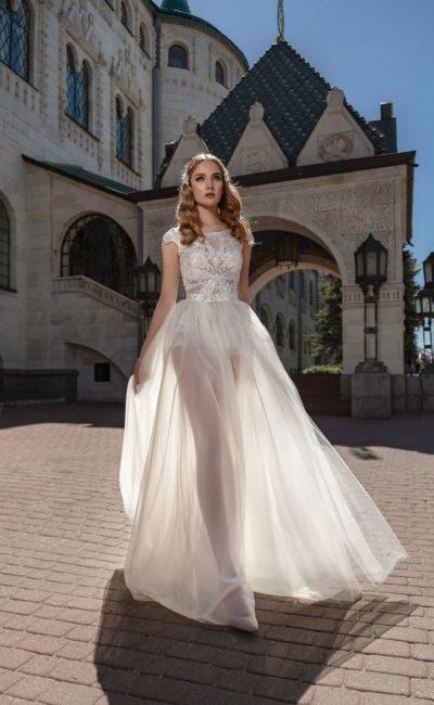 Свадебное платье с полупрозрачной юбкой и коротким рукавом.
