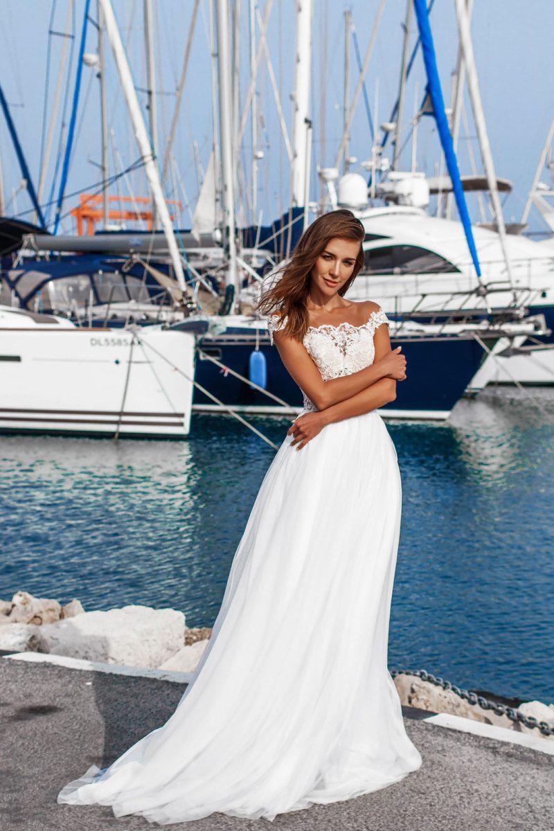 Прямое свадебное платье с портретным декольте и кружевом.