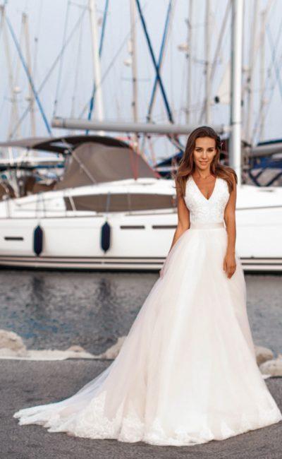 Пышное свадебное платье с кружевным лифом и розовой юбкой.