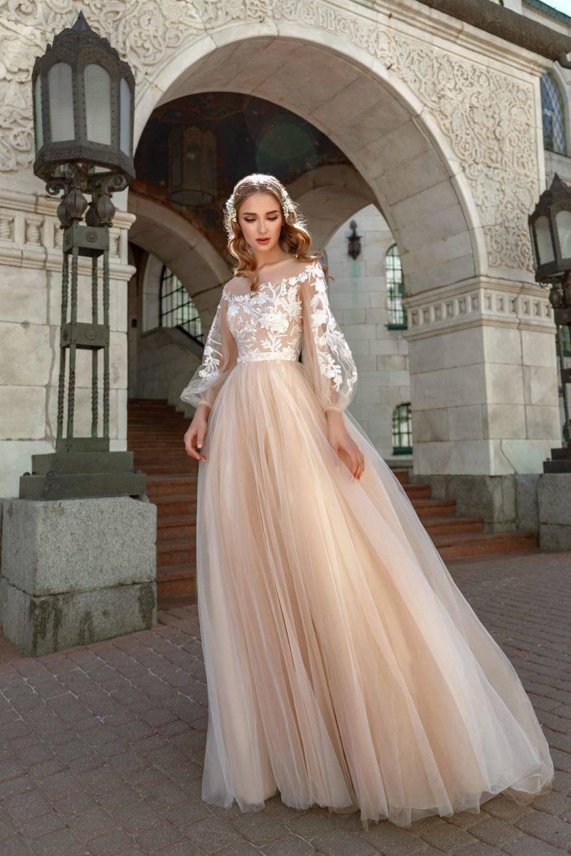 Пудровое свадебное платье пышного силуэта с белой отделкой.