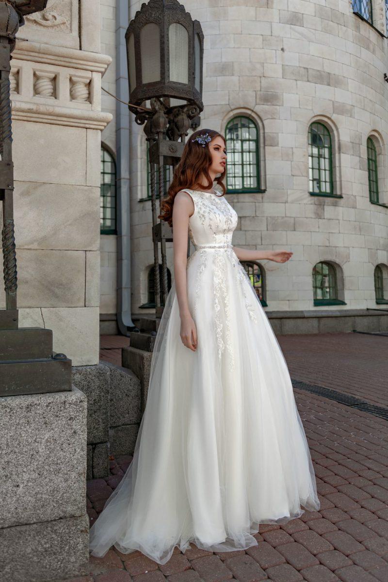 Пышное свадебное платье с закрытым лифом и вырезом на спинке.