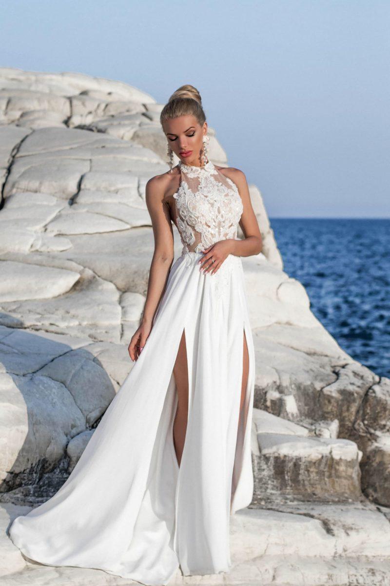 Прямое свадебное платье с американской проймой и разрезами на юбке.