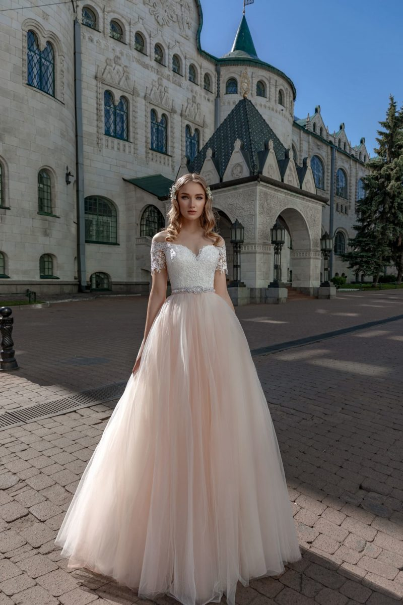 Пышное свадебное платье с белым лифом и юбкой персикового цвета.