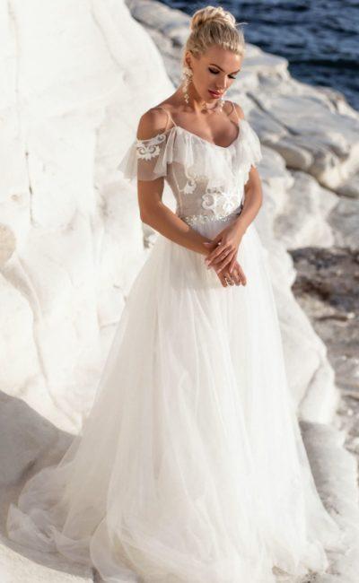 Свадебное платье с открытым лифом, декорированным оборками.