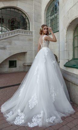 Пышное свадебное платье с кружевным корсетом и атласным поясом.