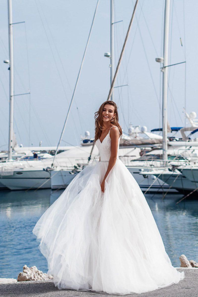 свадебное платье с узким поясом и открытым верхом.