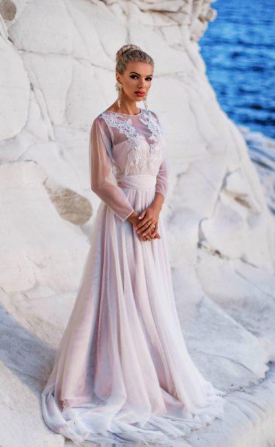 Платье с широким прозрачным рукавом