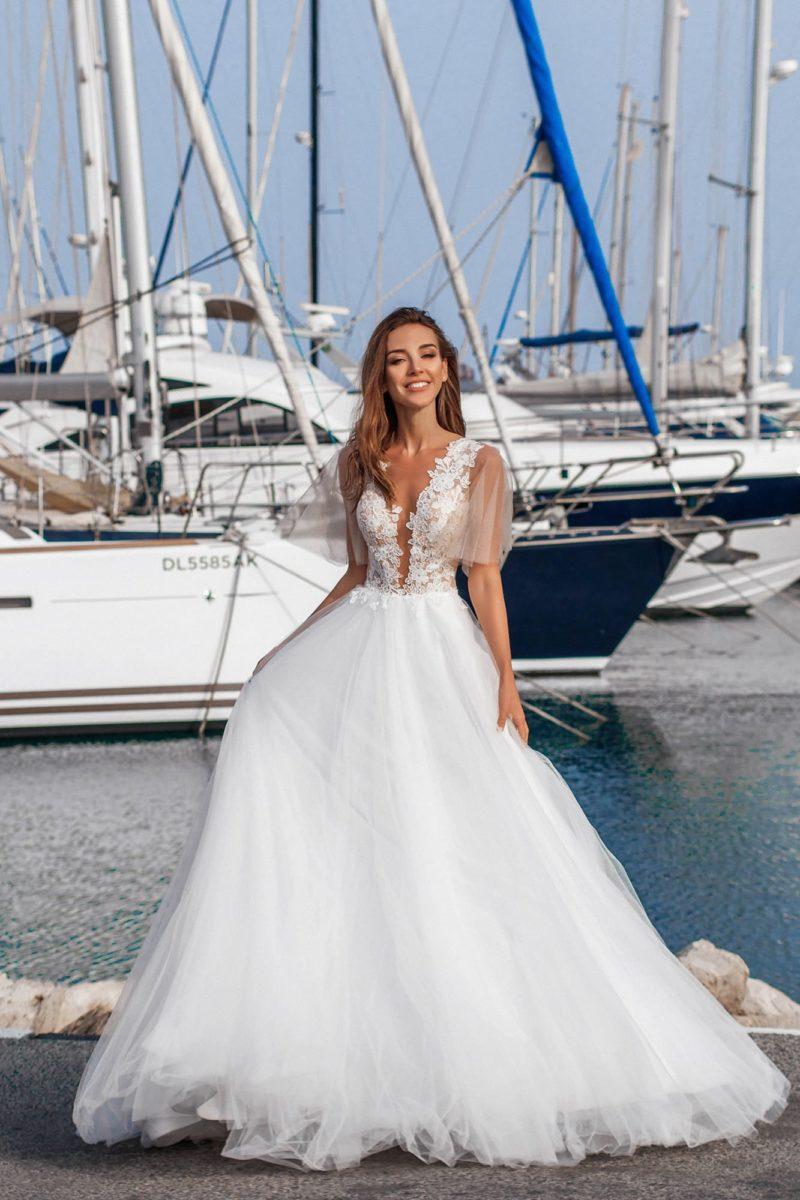 Свадебное платье с полупрозрачным лифом с оборками на плечах.