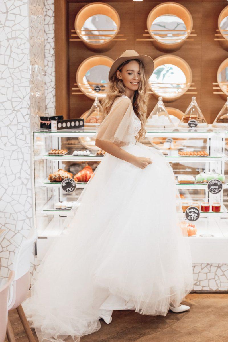 Свадебное платье с глубоким вырезом и пышным рукавом.